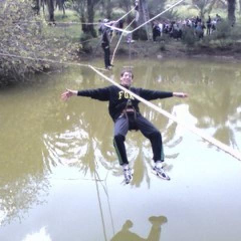 גשר חבלים מעל אגם
